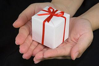 Cadeau-offert-a-2-mains